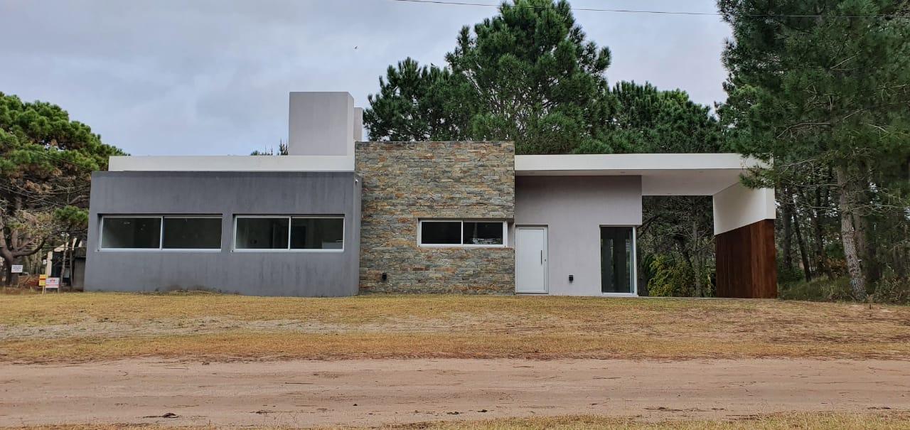 cevc302 – Espectacular casa a estrenar 4 amb! Dalias esq. Nogales. USD190.000